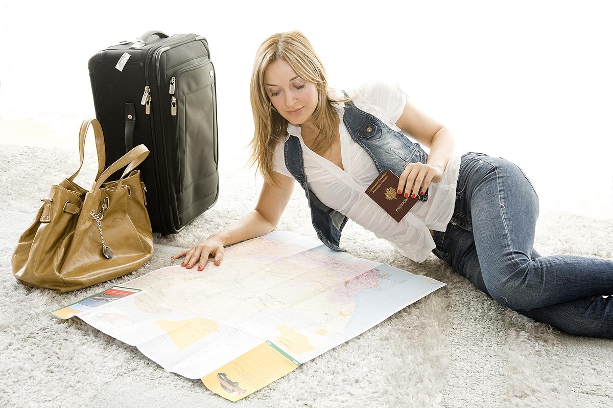 旅のプランを考える女性