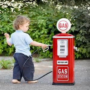 ガソリンを給油する子供